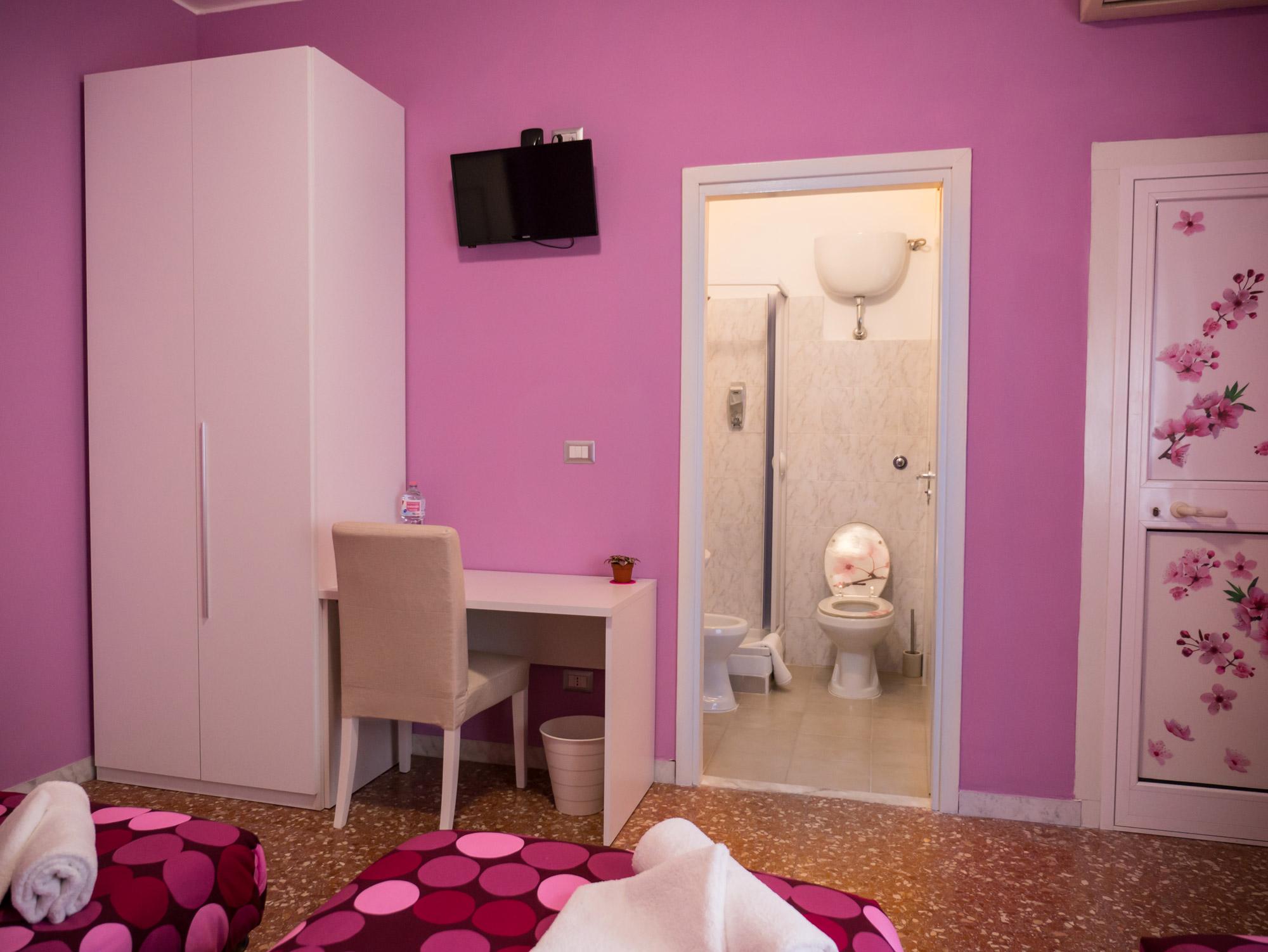 TV a parete, scrivania e bagno privato - Le Camere - B&B Roma Centro